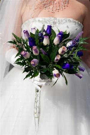 aBruid met bruidsboeket paars/wit